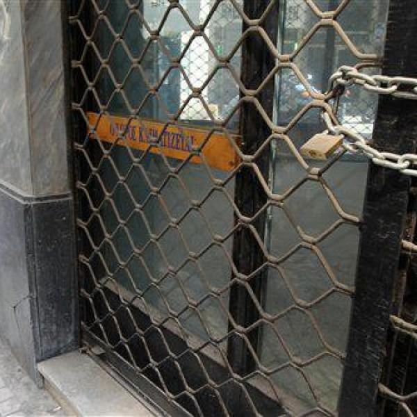 Κλείνουν τα μαγαζιά τους οι έμποροι του Πειραιά