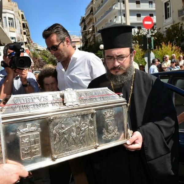 Χιλιάδες κόσμου υποδέχθηκε την Αγία Βαρβάρα στον Πειραιά