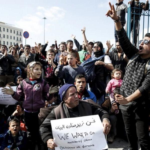 Πορεία λαθρομεταναστών από το λιμάνι του Πειραιά στην Αθήνα