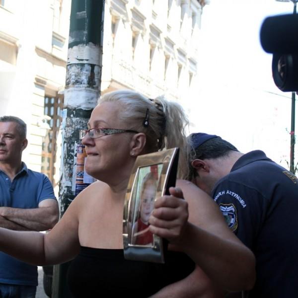 Eνταση έξω από τα Δικαστήρια του Πειραιά κατά την άφιξη του 77χρονου