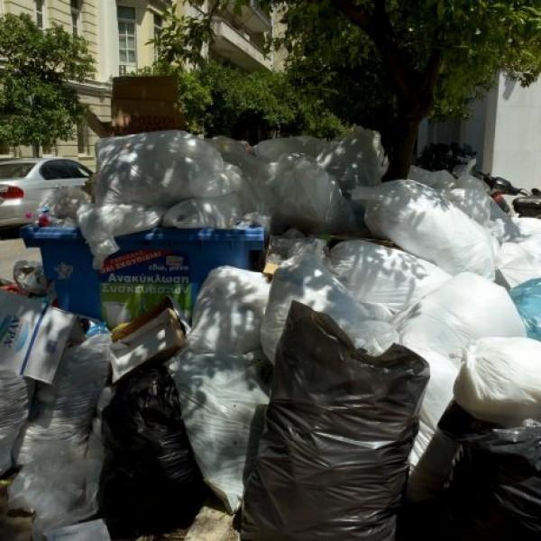 O Δήμος Πειραιά για τη συσσώρευση σκουπιδιών στους δρόμους