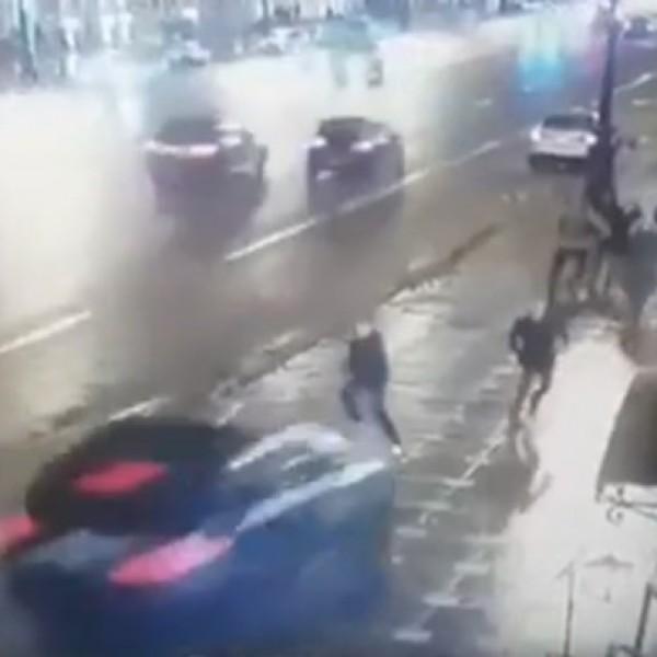 Σοκαριστικό τροχαίο – Αυτοκίνητο με ιλιγγιώδη ταχύτητα έπεσε πάνω σε πεζούς