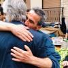 Με αγκαλιές υποδέχονται τον Νίκο Βλαχάκο στις γειτονιές