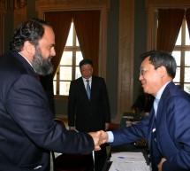"""Ο σκιώδης Δήμαρχος κι ο """"Δήμαρχος"""" στην υποδοχή του Ying Yong στον Πειραιά"""