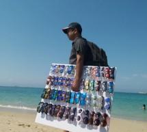 """Οι λιμενικοί της Μυκόνου """"τελειώνουν"""" το παρεμπόριο στις παραλίες του νησιού"""