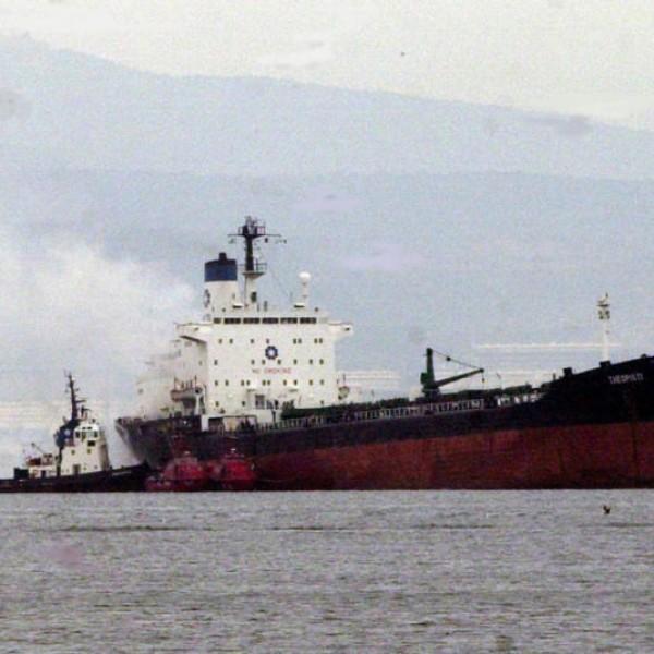 Αγκυροβολημένο πλοίο στον Πειραιά παρασύρθηκε από τον αέρα και προσάραξε στη Σαλαμίνα