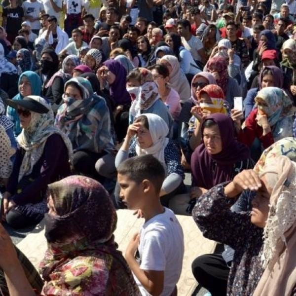 «Πνίγηκε» η Μυτιλήνη από πρόσφυγες και μετανάστες: Πάνω από 20.000 σε πόλη 40.000 κατοίκων