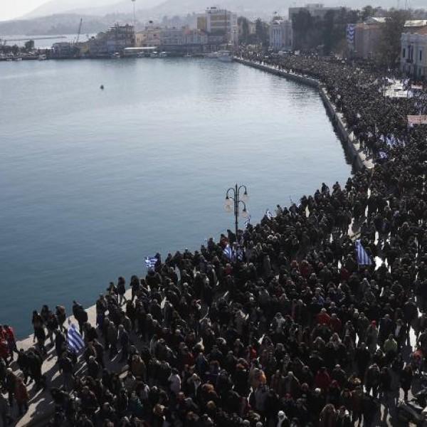 """""""Βούλιαξε"""" το λιμάνι της Μυτιλήνης από τους διαμαρτυρόμενους κατοίκους"""