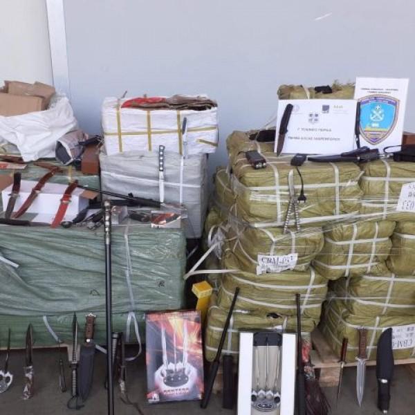 Πειραιάς: Εμπορευματοκιβώτιο με μαχαίρια, γκλομπς και σιδερογροθιές