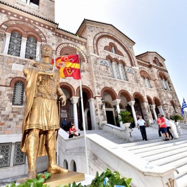 Ο ανδριάντας του Κωνσταντίνου Παλαιολόγου στέκει μπροστά στην Αγ. Τριάδα Πειραιώς