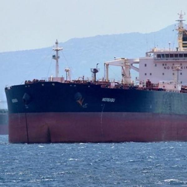 Στη ράδα του Πειραιά το δεξαμενόπλοιο με 16 ναυτικούς θετικούς στον κορωνοϊό