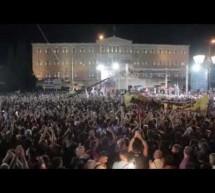 «Της Δικαιοσύνης Ήλιε Νοητέ» – Βίντεο που συγκλονίζει με Παπακωνσταντίνου-Θηβαίο να τραγουδούν μαζί με τον κόσμο στη συγκέντρωση του ΟΧΙ