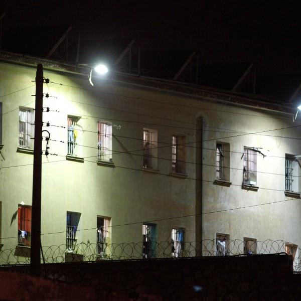 Αναταραχή στις Φυλακές Κορυδαλλού – Αρνούνται να μπουν στα κελιά τους οι κρατούμενοι διαμαρτυρόμενοι για τη φυλάκιση της μάνας του Γ.Τσάκαλου