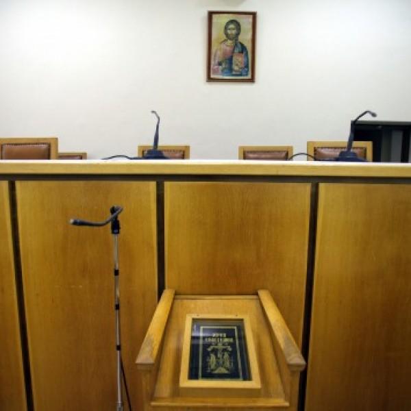 Συγκέντρωση ναυτεργατών έξω από τα Δικαστήρια για τα ασφαλιστικά μέτρα των ακτοπλόων