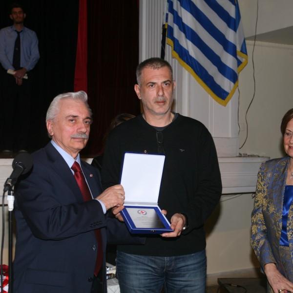 Ο Ερυθρός Σταυρός τίμησε τον Δήμαρχο Πειραιά
