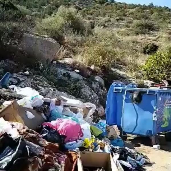 Σαλαμίνα: Στη «δίνη» των σκουπιδιών